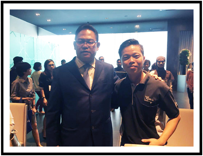 VYROX Peter taking photo with Tan Sri Noh Bin Omar - The Minister of Urban Wellbeing, Housing and Local Government